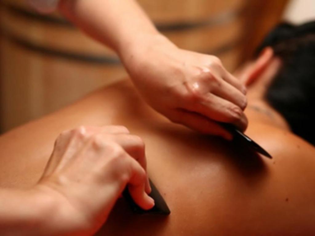 """Китайски масаж """" Гуанша"""" на гърба"""