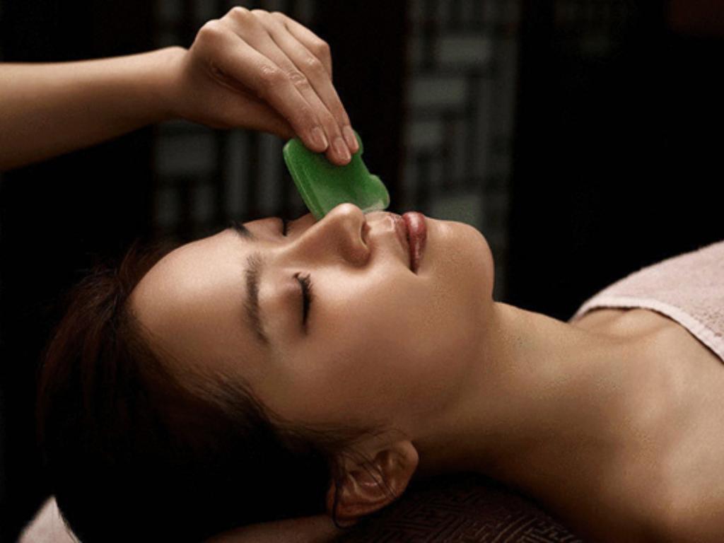 """Китайски масаж """" Гуанша"""" за лице с нефритена плочка"""